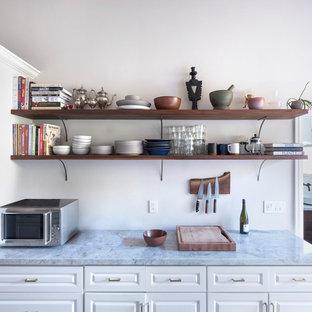 サンフランシスコの中サイズのエクレクティックスタイルのおしゃれなキッチン (アンダーカウンターシンク、落し込みパネル扉のキャビネット、白いキャビネット、クオーツストーンカウンター、緑のキッチンパネル、セラミックタイルのキッチンパネル、シルバーの調理設備の、無垢フローリング、アイランドなし、グレーのキッチンカウンター) の写真