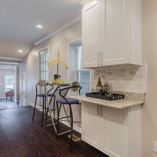 ボルチモアの中サイズのインダストリアルスタイルのおしゃれなキッチン (アンダーカウンターシンク、シェーカースタイル扉のキャビネット、白いキャビネット、御影石カウンター、白いキッチンパネル、大理石の床、シルバーの調理設備の、濃色無垢フローリング、アイランドなし) の写真
