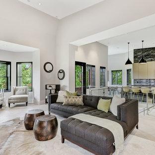 Modern inredning av ett kök, med en undermonterad diskho, släta luckor, skåp i mörkt trä, bänkskiva i kvarts, svart stänkskydd, rostfria vitvaror, ljust trägolv, en köksö och vitt golv