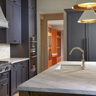 Mittelgroße Küche in U-Form mit Einbauwaschbecken, Lamellenschränken, lila Schränken, Marmor-Arbeitsplatte, Küchenrückwand in Grau, Rückwand aus Marmor, Küchengeräten aus Edelstahl, hellem Holzboden, Kücheninsel und buntem Boden in Miami