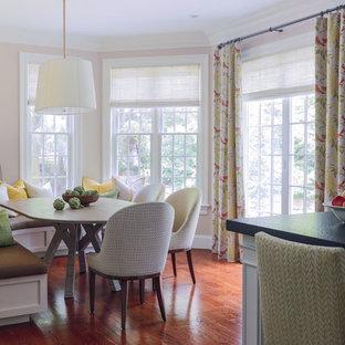 Esempio di una cucina abitabile chic con pavimento in legno massello medio e pavimento arancione