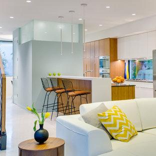 Foto på ett mellanstort funkis kök, med släta luckor, skåp i mellenmörkt trä, en undermonterad diskho, bänkskiva i kvartsit, rostfria vitvaror, klinkergolv i porslin och fönster som stänkskydd