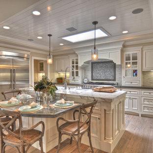 Maritime Küche mit Küchengeräten aus Edelstahl und Marmor-Arbeitsplatte in Los Angeles