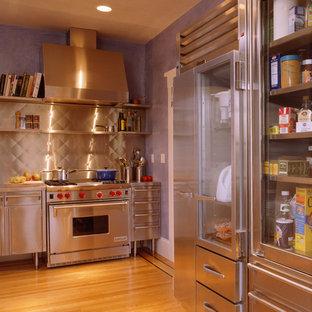 Klassische Küche ohne Insel in L-Form mit integriertem Waschbecken, Edelstahlfronten, Edelstahl-Arbeitsplatte, Küchengeräten aus Edelstahl und braunem Holzboden in San Francisco