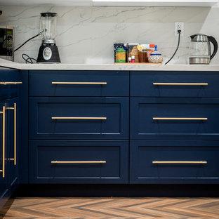 ロサンゼルスの中サイズのシャビーシック調のおしゃれなキッチン (エプロンフロントシンク、シェーカースタイル扉のキャビネット、青いキャビネット、クオーツストーンカウンター、白いキッチンパネル、大理石のキッチンパネル、シルバーの調理設備、無垢フローリング、ベージュの床、白いキッチンカウンター) の写真
