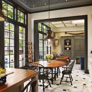 フィラデルフィアの大きいヴィクトリアン調のおしゃれなキッチン (アンダーカウンターシンク、落し込みパネル扉のキャビネット、白いキャビネット、大理石カウンター、白いキッチンパネル、サブウェイタイルのキッチンパネル、パネルと同色の調理設備、大理石の床、白い床) の写真
