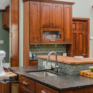 Idéer för stora vintage grått kök, med skåp i shakerstil, skåp i mellenmörkt trä, grönt stänkskydd, en enkel diskho, granitbänkskiva, stänkskydd i mosaik, rostfria vitvaror, klinkergolv i porslin, en köksö och grått golv
