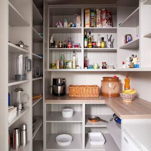 Idéer för att renovera ett stort lantligt kök, med en integrerad diskho, luckor med profilerade fronter, vita skåp, grått stänkskydd, stänkskydd i marmor, färgglada vitvaror, klinkergolv i porslin, en köksö, grått golv och träbänkskiva