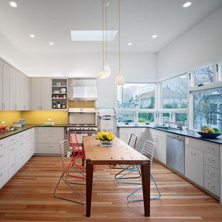 サンフランシスコの広いコンテンポラリースタイルのおしゃれなキッチン (シルバーの調理設備、グレーのキャビネット、アンダーカウンターシンク、フラットパネル扉のキャビネット、黄色いキッチンパネル、モザイクタイルのキッチンパネル、アイランドなし) の写真