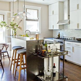 Inredning av ett modernt litet kök, med släta luckor, vita skåp, bänkskiva i kvartsit, vitt stänkskydd, stänkskydd i stenkakel, rostfria vitvaror, mörkt trägolv och en halv köksö