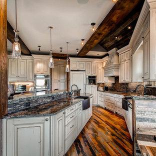 Ispirazione per una cucina ad ambiente unico rustica con lavello stile country, ante con bugna sagomata, ante beige, paraspruzzi marrone e elettrodomestici da incasso