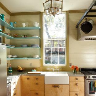 オースティンの中サイズのカントリー風おしゃれなキッチン (エプロンフロントシンク、フラットパネル扉のキャビネット、淡色木目調キャビネット、コンクリートカウンター、緑のキッチンパネル、シルバーの調理設備の、無垢フローリング、アイランドなし) の写真