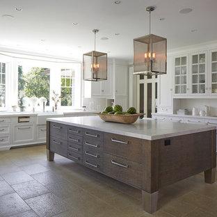 Bild på ett stort, avskilt vintage u-kök, med en rustik diskho, vita skåp, vitt stänkskydd, en köksö, luckor med glaspanel, marmorbänkskiva, travertin golv och beiget golv