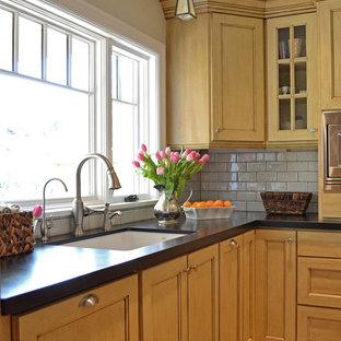Kitchen - traditional kitchen idea in Portland