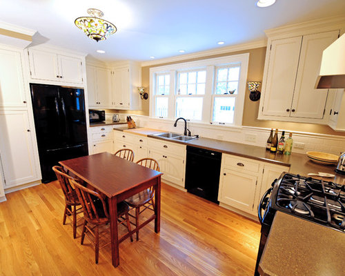 Mid Sized Traditional Enclosed Kitchen Pictures   Example Of A Mid Sized  Classic U Part 90