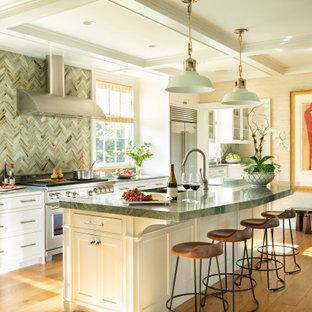 他の地域のトラディショナルスタイルのおしゃれなキッチン (アンダーカウンターシンク、インセット扉のキャビネット、白いキャビネット、緑のキッチンパネル、モザイクタイルのキッチンパネル、シルバーの調理設備、無垢フローリング、茶色い床、緑のキッチンカウンター、格子天井) の写真