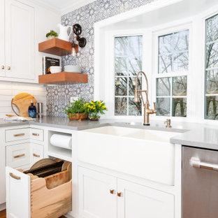 Bild på ett litet eklektiskt grå grått kök, med en rustik diskho, luckor med profilerade fronter, vita skåp, bänkskiva i kvarts, blått stänkskydd, stänkskydd i terrakottakakel, rostfria vitvaror, mellanmörkt trägolv, en halv köksö och brunt golv