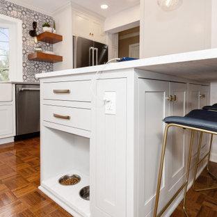 他の地域の小さいエクレクティックスタイルのおしゃれなキッチン (エプロンフロントシンク、インセット扉のキャビネット、白いキャビネット、クオーツストーンカウンター、青いキッチンパネル、テラコッタタイルのキッチンパネル、シルバーの調理設備、無垢フローリング、茶色い床、グレーのキッチンカウンター) の写真