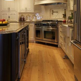 Foto di una cucina chic con elettrodomestici in acciaio inossidabile e lavello stile country