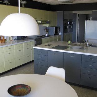 Diseño de cocina moderna, grande, con fregadero de doble seno, armarios con paneles lisos, puertas de armario grises, encimera de laminado, electrodomésticos de acero inoxidable, suelo de terrazo y una isla