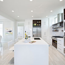 modern kitchen by Homes by Avi