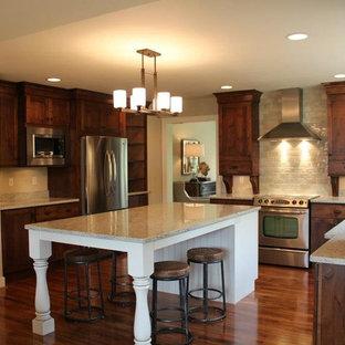 Inspiration för stora amerikanska kök, med en undermonterad diskho, skåp i shakerstil, skåp i mörkt trä, beige stänkskydd, rostfria vitvaror, mörkt trägolv, en köksö, bänkskiva i terrazo, stänkskydd i keramik och brunt golv