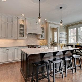 Ispirazione per una cucina abitabile classica con elettrodomestici in acciaio inossidabile e paraspruzzi con piastrelle in pietra