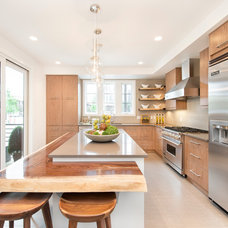 Contemporary Kitchen by Homes by Avi