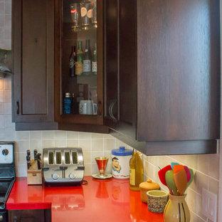 Источник вдохновения для домашнего уюта: п-образная кухня-гостиная среднего размера в стиле современная классика с двойной раковиной, фасадами с утопленной филенкой, коричневыми фасадами, столешницей из акрилового камня, бежевым фартуком, фартуком из керамической плитки, техникой из нержавеющей стали, паркетным полом среднего тона, полуостровом, коричневым полом и красной столешницей