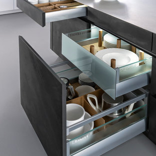 Идея дизайна: параллельная кухня-гостиная среднего размера в стиле модернизм с врезной раковиной, плоскими фасадами, серыми фасадами, столешницей из бетона, белым фартуком, техникой из нержавеющей стали, бетонным полом и островом