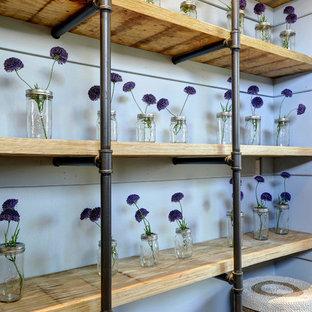 Zweizeilige, Mittelgroße Industrial Küche mit Vorratsschrank, Arbeitsplatte aus Holz und Porzellan-Bodenfliesen in Austin