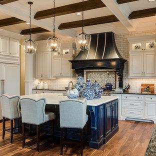 Неиссякаемый источник вдохновения для домашнего уюта: кухня в классическом стиле с врезной раковиной, фасадами с выступающей филенкой, разноцветным фартуком, техникой под мебельный фасад, паркетным полом среднего тона, островом и белыми фасадами