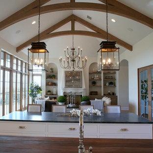 オレンジカウンティの中サイズのシャビーシック調のおしゃれなキッチン (ドロップインシンク、レイズドパネル扉のキャビネット、白いキャビネット、木材カウンター、茶色いキッチンパネル、サブウェイタイルのキッチンパネル、シルバーの調理設備、無垢フローリング、ベージュの床) の写真