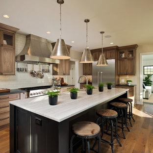 ニューヨークのラスティックスタイルのおしゃれなキッチン (ソープストーンカウンター、白いキッチンパネル、シェーカースタイル扉のキャビネット、中間色木目調キャビネット、サブウェイタイルのキッチンパネル、シルバーの調理設備の、無垢フローリング) の写真