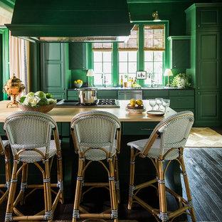 Immagine di una cucina chic di medie dimensioni con ante verdi, ante con bugna sagomata, parquet scuro, lavello sottopiano, elettrodomestici in acciaio inossidabile, top in quarzite, pavimento marrone e top beige