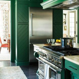 Immagine di una cucina classica di medie dimensioni con ante verdi, lavello sottopiano, ante con bugna sagomata, elettrodomestici in acciaio inossidabile, parquet scuro, isola, top in quarzite, pavimento marrone e top beige