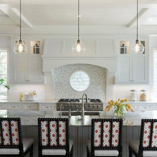 Zweizeilige Maritime Küche mit Unterbauwaschbecken, Schrankfronten im Shaker-Stil, weißen Schränken, Küchenrückwand in Grau, Rückwand aus Mosaikfliesen und Kücheninsel in Minneapolis