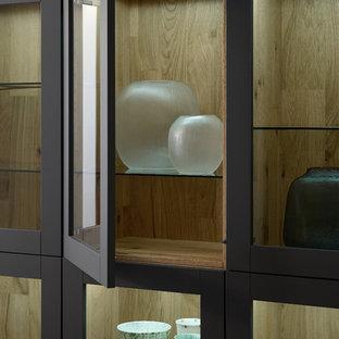 ニューヨークの大きいモダンスタイルのおしゃれなキッチン (ダブルシンク、フラットパネル扉のキャビネット、グレーのキャビネット、人工大理石カウンター、茶色いキッチンパネル、シルバーの調理設備の、コンクリートの床) の写真