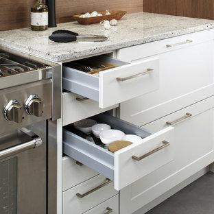 Diseño de cocina comedor en L, minimalista, grande, con fregadero sobremueble, armarios estilo shaker, puertas de armario blancas, salpicadero marrón, electrodomésticos de acero inoxidable, suelo de cemento y península