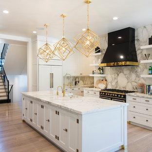 Foto på ett stort funkis kök, med en rustik diskho, skåp i shakerstil, vita skåp, marmorbänkskiva, vitt stänkskydd, stänkskydd i marmor, integrerade vitvaror, mellanmörkt trägolv, flera köksöar och brunt golv