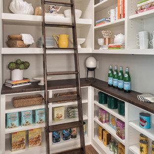 Esempio di una cucina classica con nessun'anta, ante bianche, pavimento in legno massello medio, pavimento marrone e top marrone
