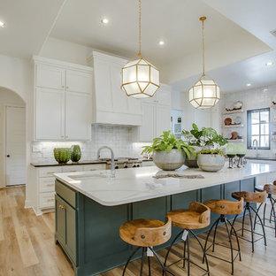 Klassische Küche in U-Form mit Unterbauwaschbecken, Schrankfronten im Shaker-Stil, türkisfarbenen Schränken, Küchenrückwand in Weiß, hellem Holzboden, Kücheninsel, beigem Boden und weißer Arbeitsplatte in Sonstige