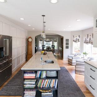 Geräumige Klassische Wohnküche in U-Form mit Landhausspüle, Schrankfronten im Shaker-Stil, Quarzit-Arbeitsplatte, Küchenrückwand in Weiß, Rückwand aus Mosaikfliesen, Küchengeräten aus Edelstahl, braunem Holzboden, Kücheninsel, weißer Arbeitsplatte und weißen Schränken in Denver