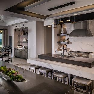 Idéer för ett mycket stort modernt vit kök, med en undermonterad diskho, släta luckor, bänkskiva i kvartsit, vitt stänkskydd, rostfria vitvaror, klinkergolv i porslin, flera köksöar, beige skåp och beiget golv