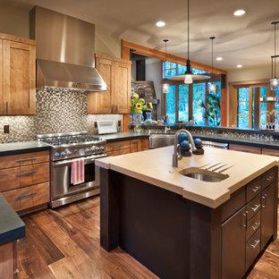 サクラメントのラスティックスタイルのおしゃれなキッチン (エプロンフロントシンク、シェーカースタイル扉のキャビネット、中間色木目調キャビネット、マルチカラーのキッチンパネル、モザイクタイルのキッチンパネル、シルバーの調理設備の、濃色無垢フローリング) の写真
