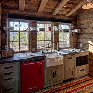 Foto de cocina lineal, rústica, pequeña, cerrada, sin isla, con fregadero sobremueble, puertas de armario de madera oscura, electrodomésticos de colores y suelo de madera en tonos medios