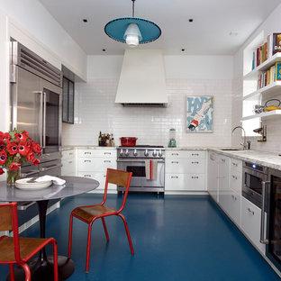 Inspiration för ett funkis grå grått kök, med en undermonterad diskho, släta luckor, vita skåp, vitt stänkskydd, stänkskydd i tunnelbanekakel, rostfria vitvaror och blått golv