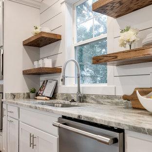 Zweizeilige, Große Urige Wohnküche mit Unterbauwaschbecken, Schrankfronten mit vertiefter Füllung, weißen Schränken, Granit-Arbeitsplatte, Küchenrückwand in Weiß, Rückwand aus Holzdielen, Küchengeräten aus Edelstahl, braunem Holzboden, Kücheninsel, braunem Boden und grauer Arbeitsplatte in Richmond