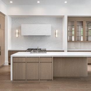 フェニックスの広いモダンスタイルのおしゃれなL型キッチン (無垢フローリング、フラットパネル扉のキャビネット、中間色木目調キャビネット、クオーツストーンカウンター、クオーツストーンのキッチンパネル) の写真