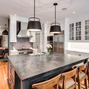 Geschlossene, Große Klassische Küche in U-Form mit Landhausspüle, Glasfronten, weißen Schränken, Betonarbeitsplatte und Kücheninsel in Washington, D.C.